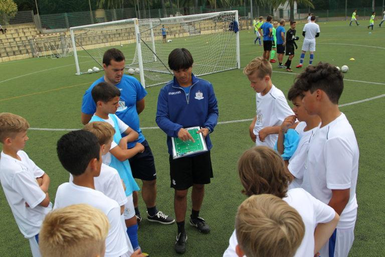PORTUGISISK FOTBALLFILOSOFI: Faria mener det er viktig for unge spillere å få flest mulig impulser. Gjennom NF Academy blir de presentert for portugisisk fotballfilosofi.