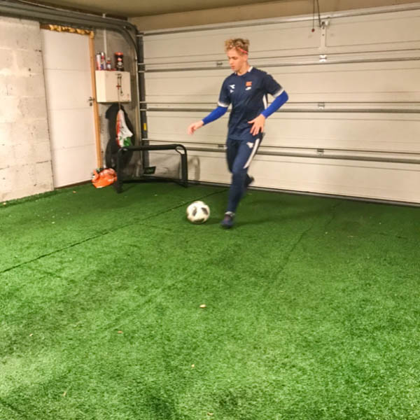 HJEMMEBANE: Faren til Fiksdal har bygget en fotballbane i garasjen, som brukes flittig.