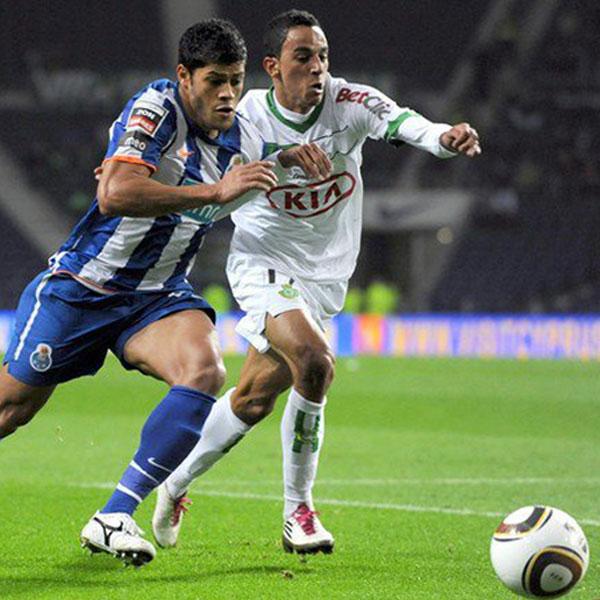 Her representerer Zeca klubben Vitória FC, i en kamp mot FC Porto i hans 1.divisisjons debut i Portugal.